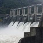 ダムのゲートからの放流はいつ見れるのか?佐久間ダム・秋葉ダムの放流はすごい迫力!愛知県内ダム巡り